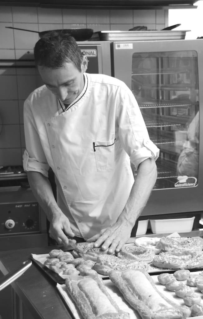 """Le cuisinier Ludovic Juste fait sa spécialité: """"Les macarons Dromfrontais""""."""
